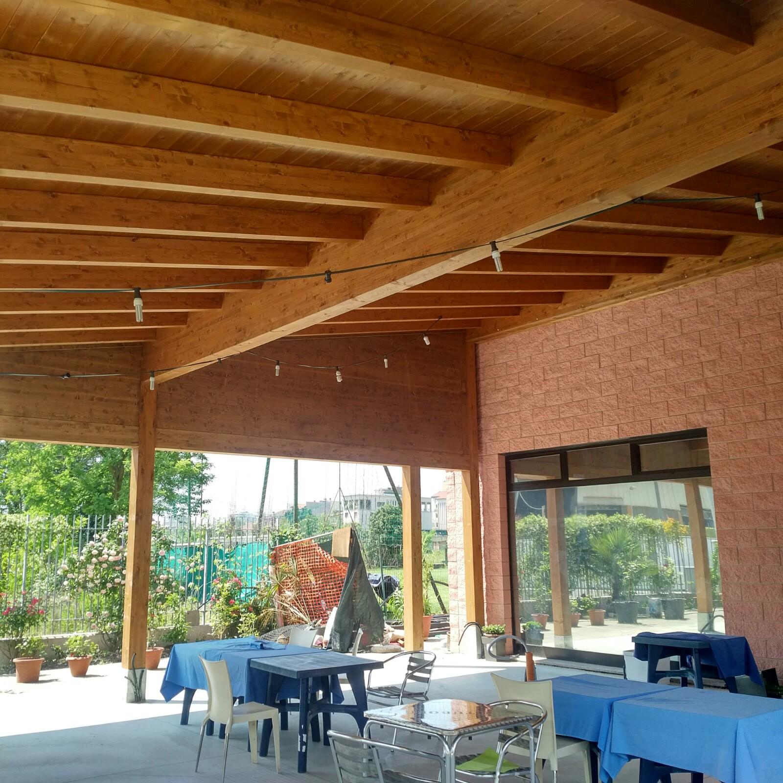 Posa di struttura in legno per porticato